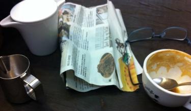 Ahhhh, at tømme en kop kaffe over avisen...