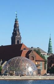 København set fra Christianshavnersiden en solskinsmorgen i maj