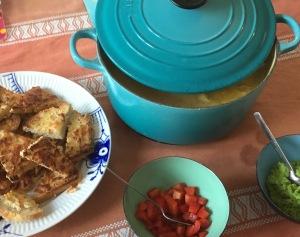 Chili-majs-suppe med kylling, ostebrød og topping